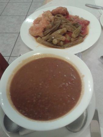 Iliomanolis Taverna: prima sera.zuppa lenticchie e piatto misto fiori di zuppa ripieni e okra
