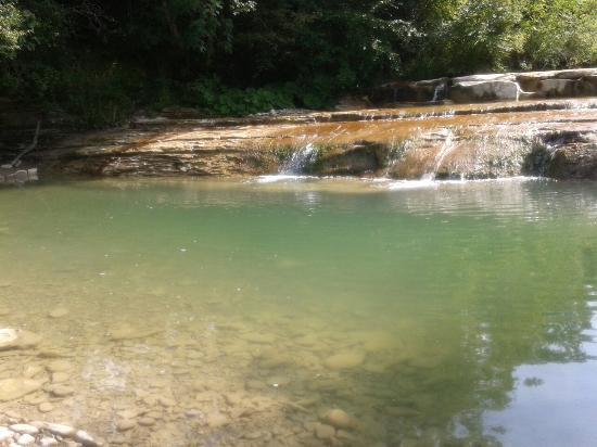 Parchiule, Ý: Una delle tante piscine naturali del fiume Auro che si trovano sulla strada tra Borgo Pace e Par