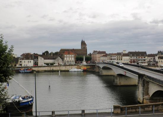 Saint-Jean-de-Losne, Frankrig: Room View - River & Bridge