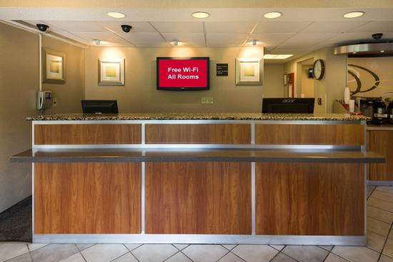 Red Roof Inn Dayton North Airport: Front Desk