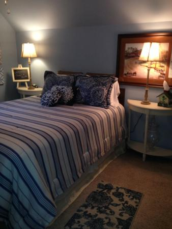 The Blue and Gray Bed and Breakfast : Redecorated  queen bedroom