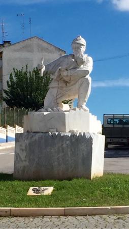 Borba, Portugal : Monumento ao Bombeiro Voluntario