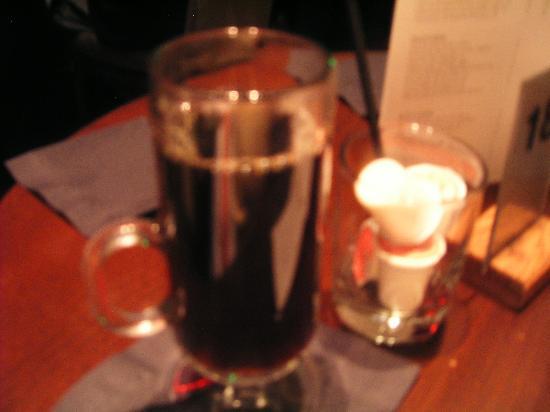 Yoshi's : コーヒーはこんなグラスで出てきます。