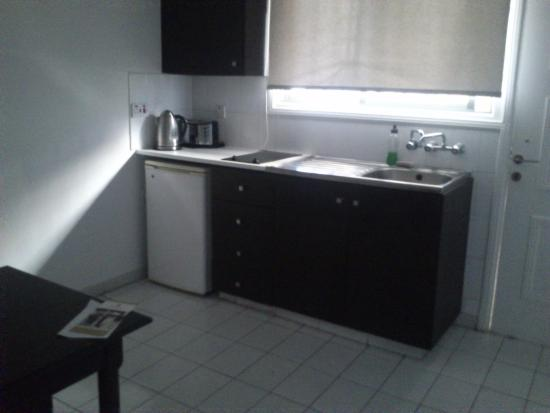 Petrou Bros Hotel Apartments: Мини-кухня и стол