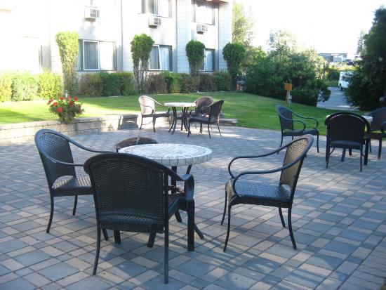 Quality Inn Quesnel: Outdoor patio to enjoy breakfast (included in price).