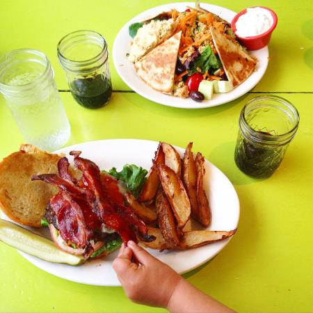 Kitchenette Restaurant: Burgers to die for... and great salads too!