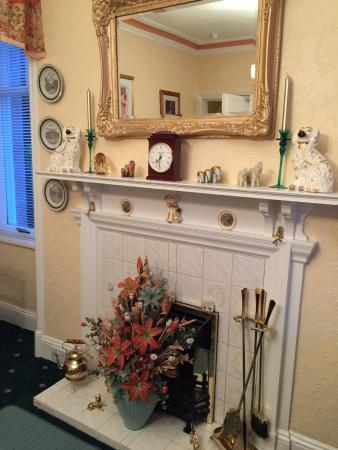 White Lodge Guest House: Dining with decorative fireplace