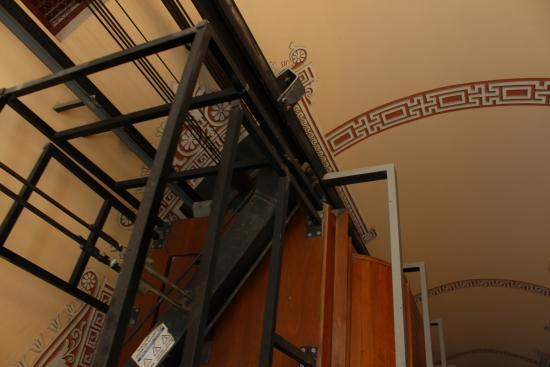 Hostal Oliva: лифт