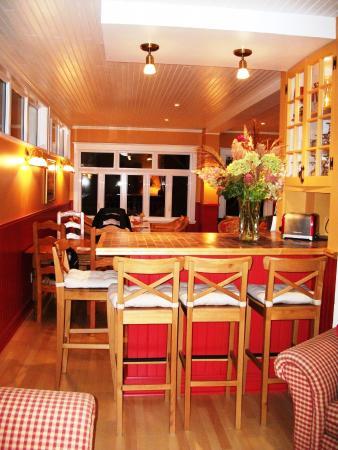 Le comptoir lunch qui s pare le salon de la salle manger for Auberge la maison otis baie st paul quebec