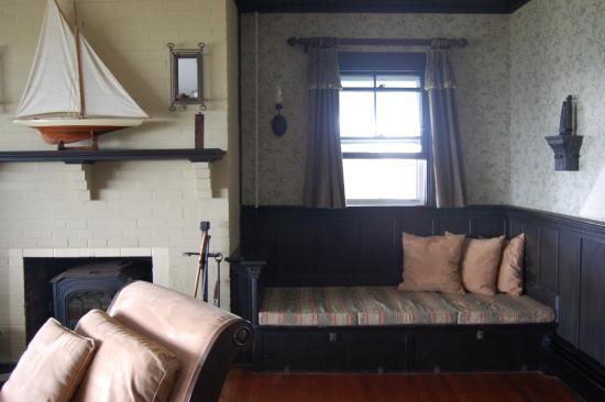 Cuttyhunk, MA : Small nook in main living area