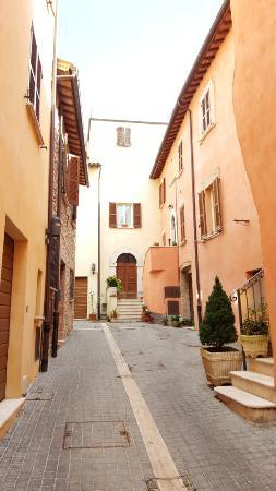 Massa Martana, Italy: Una calle característica