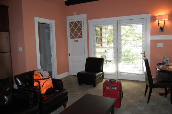 Longwood Inn: entrance/bathroom area