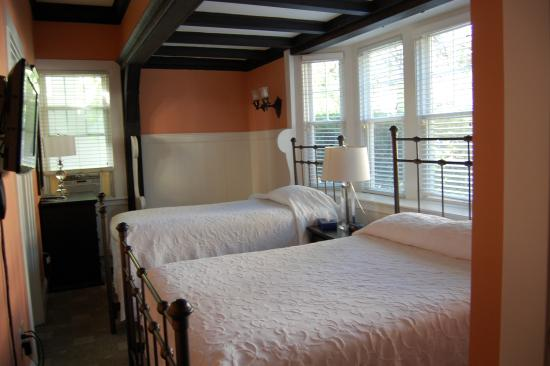 Longwood Inn: bedroom side angle