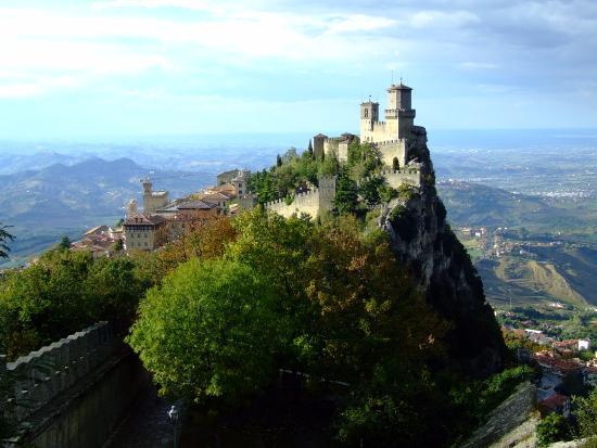 City of San Marino, San Marino: Вид на 1-ю башню Гуаита со смотровой площадки у 2-й башни Честа