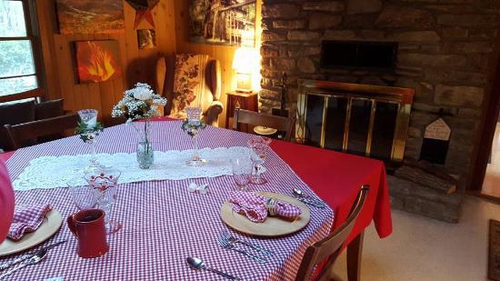Timberwolf Creek Bed & Breakfast : Dining Room/Breakfast Table