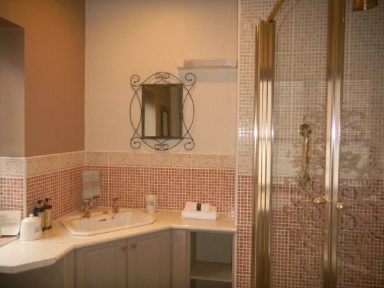 Gellilydan, UK: Long-barn (apt 4) bathroom with an airbath & walk in shower, separate toilet