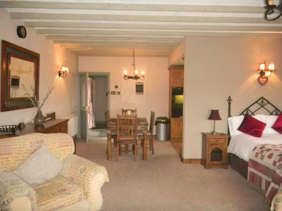 Gellilydan, UK: Long-barn (apt 4) Two room apartment with kitchen, bathroom with an airbath & shower disabled ac