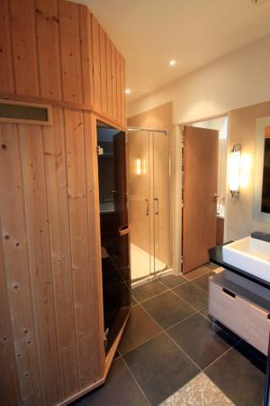 Badkamer met sauna en douche. - Picture of Center Parcs - Les Trois ...