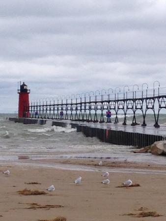 MichiMonaMac Lakeshore Cottages: light house and pier