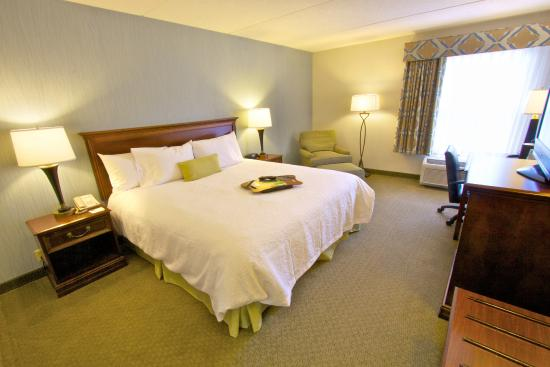 Hampton Inn Clarks Summit: King Guest Room