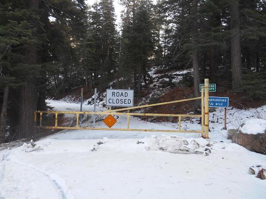 แองเจิลแคมป์, แคลิฟอร์เนีย: Closed Gate On Way To Ebbet's Pass At 7000 Feet