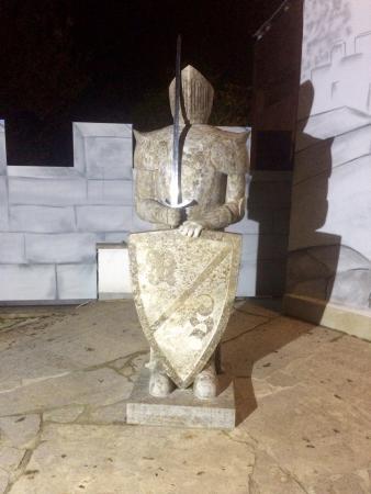 Essing, Tyskland: La statua esterna al locale
