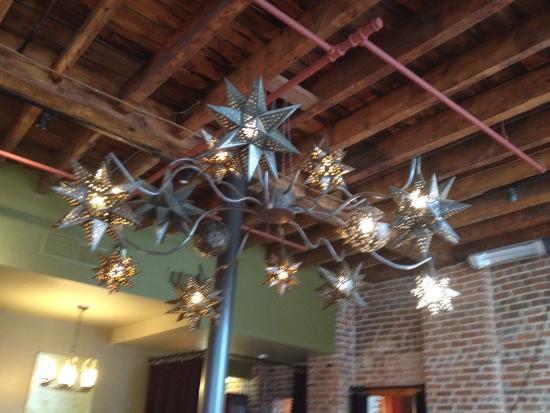 Merchantman Fresh Seafood & Oyster Bar : Nice chandelier!