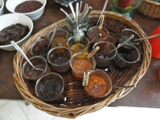 Лань, Франция: Breakfast...home-made jams (& for sale)