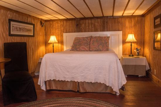 Auburn, AL: Thach Cottage- 1 Queen, 1 Full Size in Loft, 1 Day Bed, Full Bath, Mini Kitchen, Wifi, Cable TV