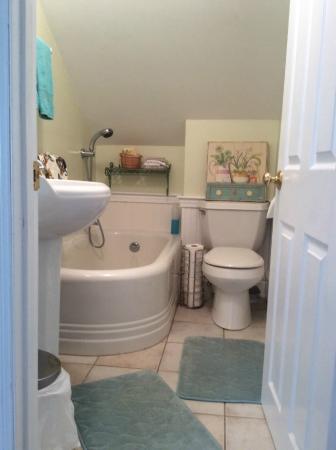 Monument Beach, MA: 2nd Floor Bathroom