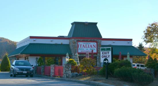 Italian Pizza & Pasta Restaurant: Looks to be a popular place