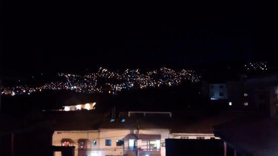 Amaru Hostal: Vista de noche desde la habitacion