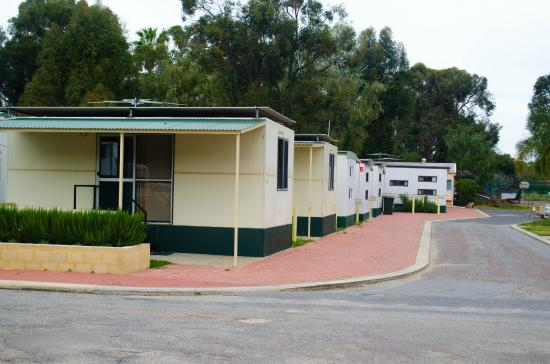 Acclaim Swan Valley Tourist Park: Rows of Cabins