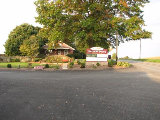 Harvest Drive Family Inn: Front entrance sign to motel