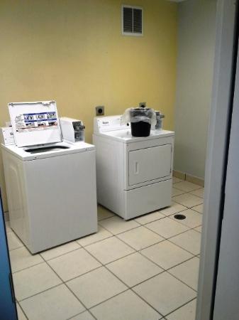 La Quinta Inn & Suites Orange: Guest Laundry