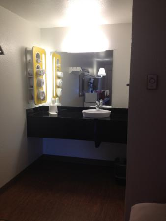 Motel 6 Gold Beach: looking into the room