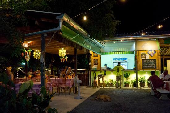 Plai Laem, Thailand: dinner in the rustic garden