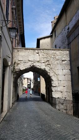 Spoleto, Italy: Imponente arco di Druso