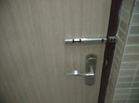 Hotel Om Sai Palace : Lock without anything to close for