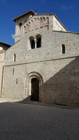 Spoleto, Italia: Fachada de la Basílica de Santa Eufemia