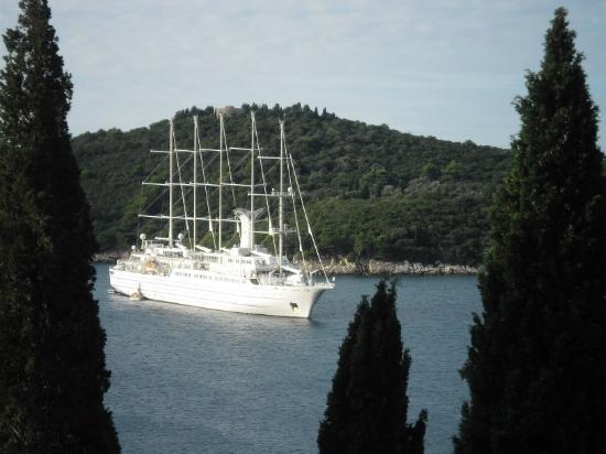 Ploce, Croacia: Clipper moored off Lokrum Island