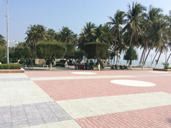 Hoang Hai (Golden Sea) Hotel: Promenaden direkte ved stranden