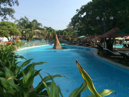 Hoang Hai (Golden Sea) Hotel: Meget stort pool område direkte ved stranden, hvis for store bølger for børn