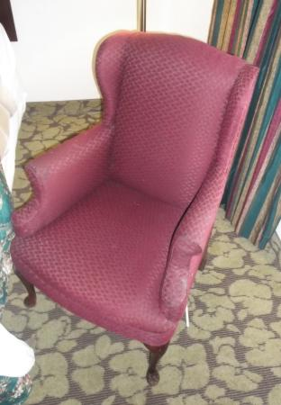 Econo Lodge and Suites North Syracuse: Vieux fauteuil chambre 11
