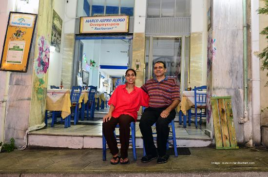 Plaka, Grèce : Marcos and his lovely wife.