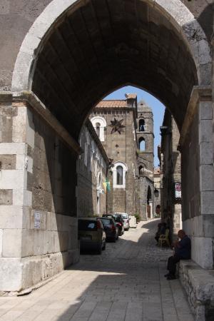 Caserta, Italie : Unter dem Turm des Domes hindurch