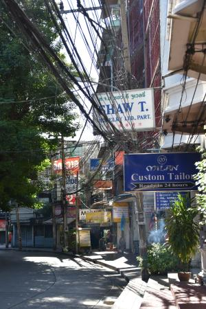 Bossotel Bangkok: Front street where hotel is located