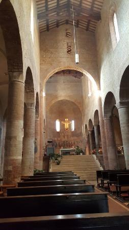 Сполето, Италия: Interior de la Iglesia de San Gregorio Maggiore