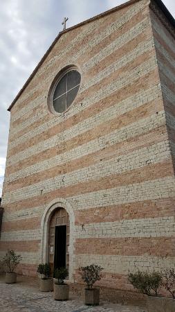 Spoleto, Italien: Fachada de la iglesia de San Domenico