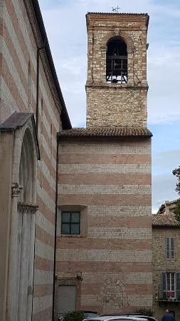 Spoleto, Italien: Exterior y torre de la iglesia de San Domenico